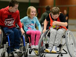Kinder beim Rollstuhlhandball