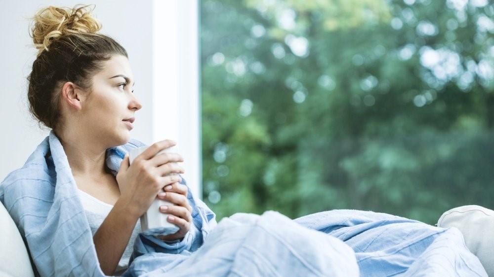 Leben mit Inkontinenz - Frau am Fenster